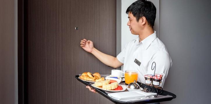 room-service-novotel-bangkok-ploenchit-sukhumvit-2-2