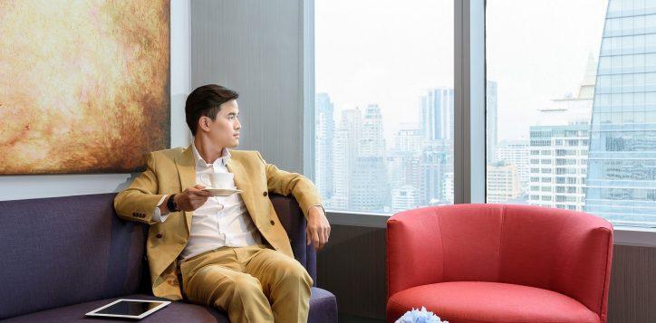 novotel-bangkok-ploenchit-sukhumvit_businessman-at-premier-lounge_1800-x-1200-2